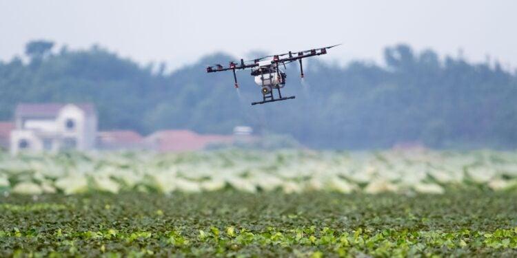 agriculture-drone-sprayed-fertilizer-JR9AZFZ-750x375